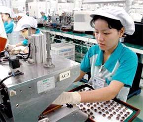 Công nhân làm việc tại Nhà máy Nidec Corporation Việt Nam, vừa đi vào hoạt động tại Khu công nghệ cao Tp.HCM.
