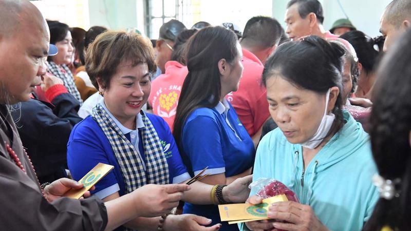 Trao tặng 20 tấn gạo cùng nhiều nhu yếu phẩm cho bà con các xã Đại Chánh, Đại Tân, Đại Sơn, huyện Đại Lộc, Quảng Nam.