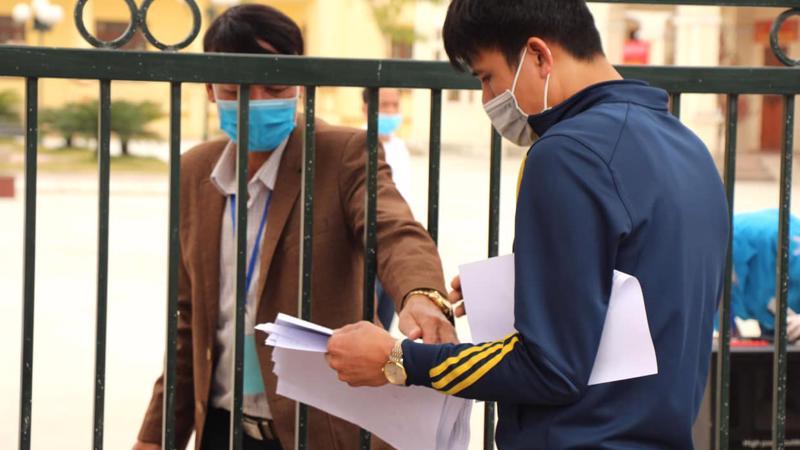 Công nhân làm thủ tục xin chứng nhận tạm trú/thường trú tại thị trấn Lai Cách (Cẩm Giàng) ngày 15/2. Ảnh - Huy Hoàng.