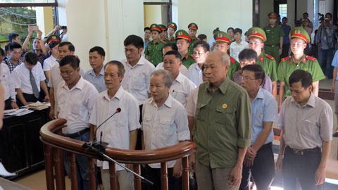 Các bị cáo là cựu cán bộ xã Đồng Tâm tại tòa ngày 9/8.<br>