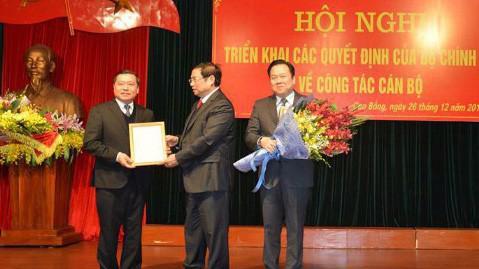 Trưởng ban Tổ chức Trung ương Phạm Minh Chính trao Quyết định của Bộ Chính trị cho ông Lại Xuân Môn (bên trái).
