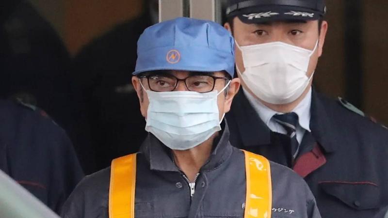 Carlos Ghosn đeo khẩu trang rời khỏi nhà tù Tokyo hồi tháng 3/2019. Ông lên máy bay trốn khỏi Nhật vào đêm ngày 29/12/2019 - Ảnh: Nikkei.