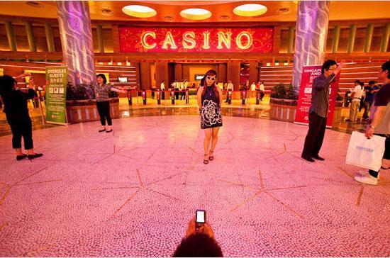 Bên trong sòng bạc Resorts World Sentos ở Singapore - Ảnh: NYT.