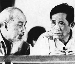 Đồng chí Lê Duẩn báo cáo tình hình cách mạng miền Nam với Chủ tịch Hồ Chí Minh, năm 1957 - Ảnh tư liệu.