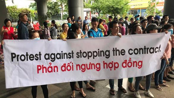 Các doanh nghiệp bị ngưng hợp đồng căng băng rôn trước trụ sở của Central