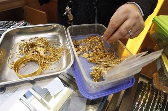 Áp lực bán ra để hiện thực hóa lợi nhuận đã không thể khiến giá vàng thế giới giảm sâu trong phiên giao dịch ngày 16/6 tại thị trường New York - Ảnh: Reuters.
