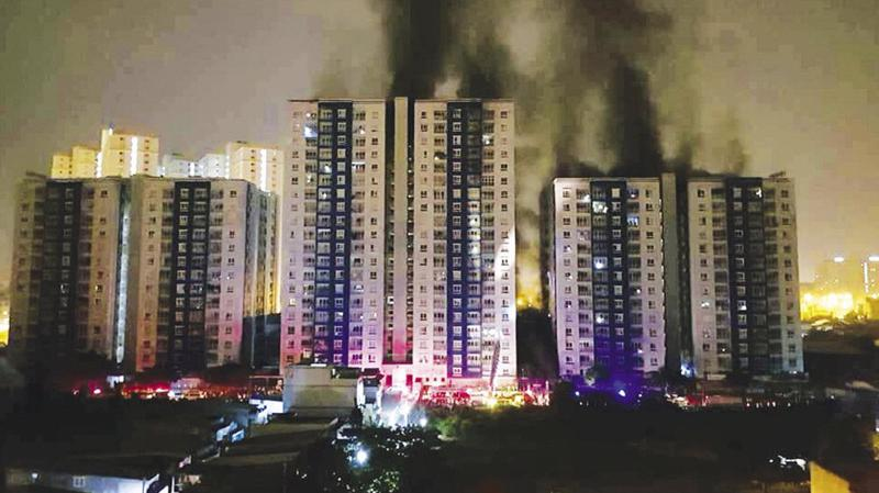 Vụ cháy tại chung cư Carina làm 13 người tử vong, gần 100 người nhập viện.