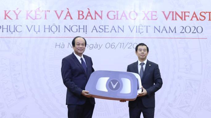 Ông Mai Tiến Dũng nhận biểu trưng chìa khoá xe VinFast từ ông Nguyễn Việt Quang