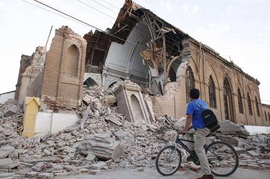 Trận động đất làm nhiều toà nhà bị đổ sập, cầu cống, bệnh viện, đường xá bị phá huỷ nghiêm trọng, đường điện và hệ thống thông tin liên lạc bị cắt đứt tại nhiều nơi - Ảnh: Reuters.