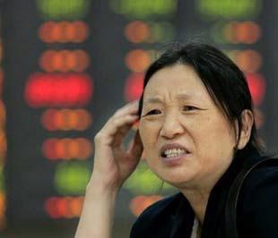 Chỉ số tổng hợp Thượng Hải (Shanghai Composite) đã rơi xuống dưới ngưỡng tâm lý - 2.000 điểm, càng thúc đẩy thêm tin đồn Chính phủ sẽ phải ra tay cứu vớt thị trường chứng khoán - Ảnh: Reuters.