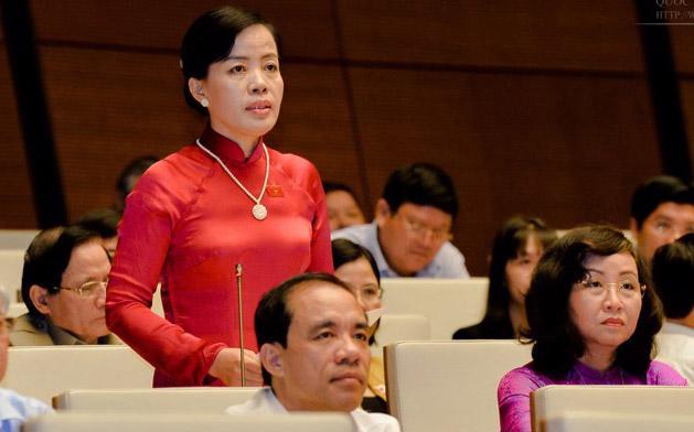Đại biểu Nguyễn Thị Kim Thuý tranh luận với Bộ trưởng Phùng Xuân Nhạ.