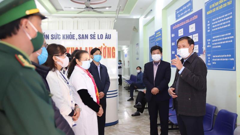 Đoàn công tác Ban Chỉ đạo quốc gia phòng chống dịch Covid-19 làm việc tại tỉnh Lào Cai ngày 15/1. Ảnh - Mạnh Cường.