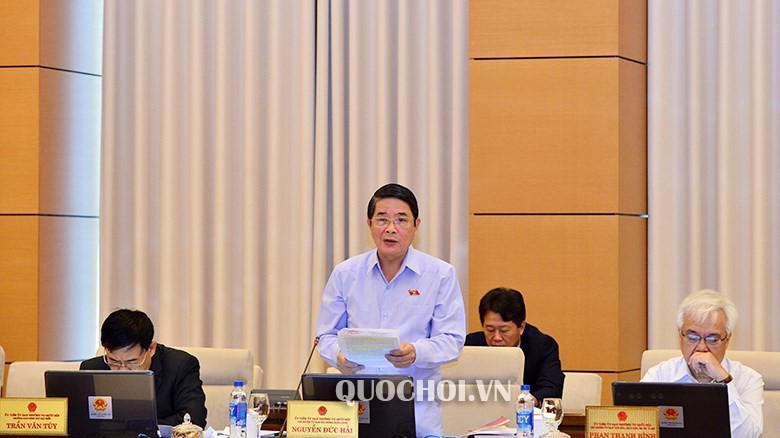 Chủ nhiệm Uỷ ban Tài chính - Ngân sách Nguyễn Đức Hải báo cáo thẩm tra.