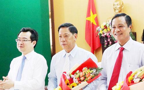 Bí thư Tỉnh uỷ Kiên Giang Nguyễn Thanh Nghị chúc mừng ông Phạm Vũ Hồng (ngoài cùng bên phải) và ông Lê Văn Thi (giữa) trên cương vị mới.<br>