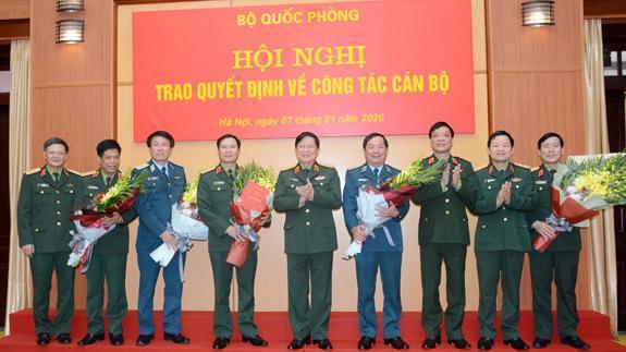 Bộ trưởng Quốc phòng Ngô Xuân Lịch chúc mừng các tướng lĩnh nhận nhiệm vụ mới.