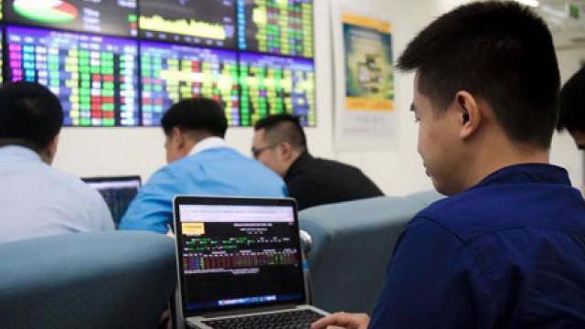 Nhiều nhà đầu tư nhỏ lẻ cho biết dù chứng khoán Việt đang xác lập kỷ lục mới nhưng tài khoản họ vẫn chưa sinh lời.