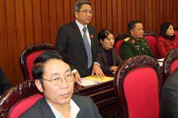 Giáo sư Nguyễn Minh Thuyết chất vấn Thủ tướng Chính phủ tại kỳ họp Quốc hội thứ sáu - Ảnh: TTXVN.