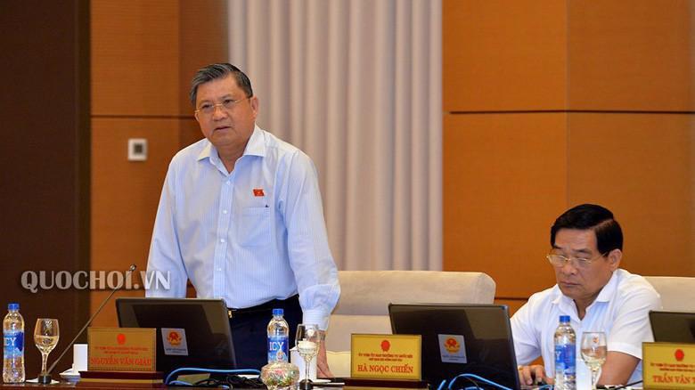 Chủ nhiệm Uỷ ban Đối ngoại Nguyễn Văn Giàu phát biểu tại phiên thảo luận.