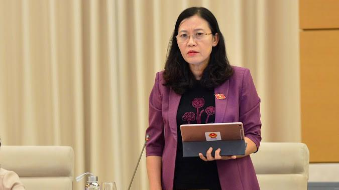 Chủ nhiệm Uỷ ban Tư pháp Lê Thị Nga trình bày báo cáo thẩm tra- Ảnh: QP