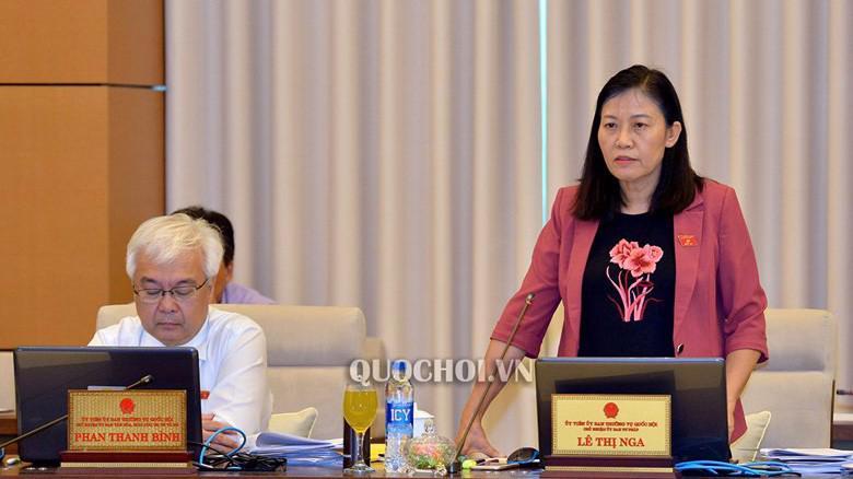 Chủ nhiệm Uỷ ban Tư pháp Lê Thị Nga phát biểu tại phiên họp.