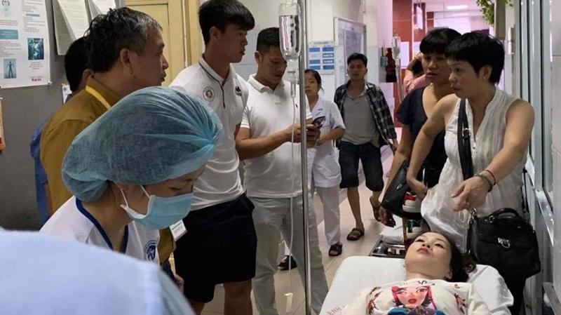Sự cố do pháo khiến một cổ động viên Hà Nội bị thương. Ảnh - Bộ Y tế.
