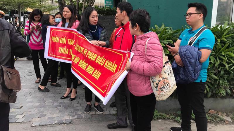 Nhiều khách hàng của Cocobay Đà Nẵng đã tụ tập trước cổng Tập đoàn Empire căng băng rôn phản đối việc đơn phương chấm dứt cam kết.