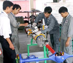 Tại Việt Nam, tương ứng với khoảng 100 lao động có trình độ cao đẳng trở lên thì hiện mới có 80 lao động trung cấp và 370 công nhân kỹ thuật.