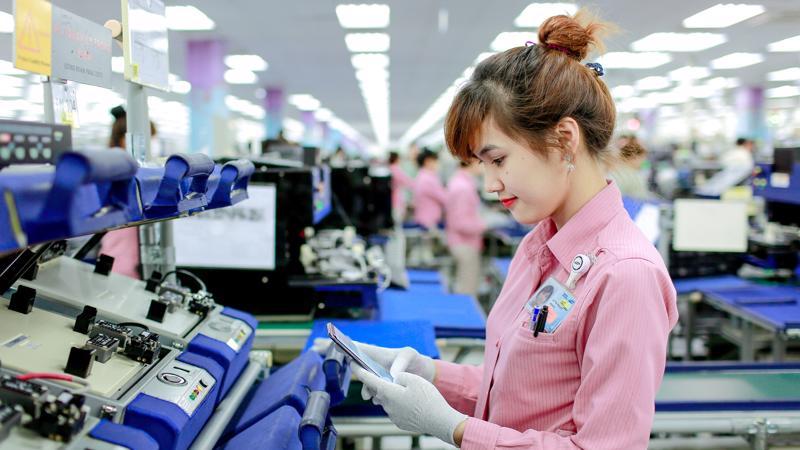 Công nhân nhà máy Samsung đang kiểm tra sản phẩm.