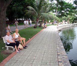 Người dân Thủ đô lo ngại, những chỗ nghỉ ngơi trong công viên Thống Nhất sẽ biến mất nếu khách sạn được xây dựng tại đây.