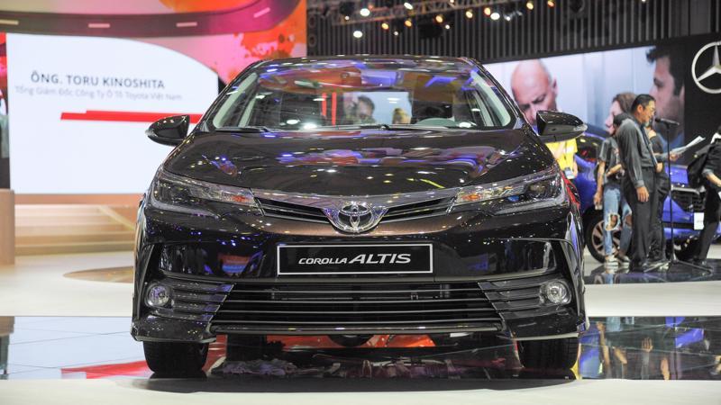 """Corolla Altis nỗ lực """"giữ chân"""" trong top xe bán chạy trong khi đàn anh Camry bị đánh bật trong tháng 3/2018."""