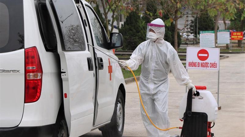Nhân viên y tế phun khử khuẩn đảm bảo công tác kiểm soát nhiễm khuẩn. Ảnh - Bộ Y tế.
