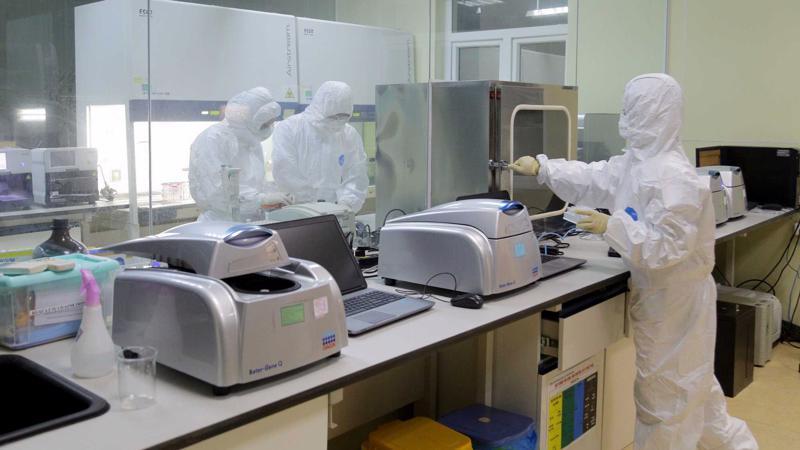 Hệ thống xét nghiệm của Trung tâm Kiểm soát bệnh tật Quảng Ninh tăng cường xét nghiệm các mẫu bệnh phẩm. Ảnh - CDC Quảng Ninh.