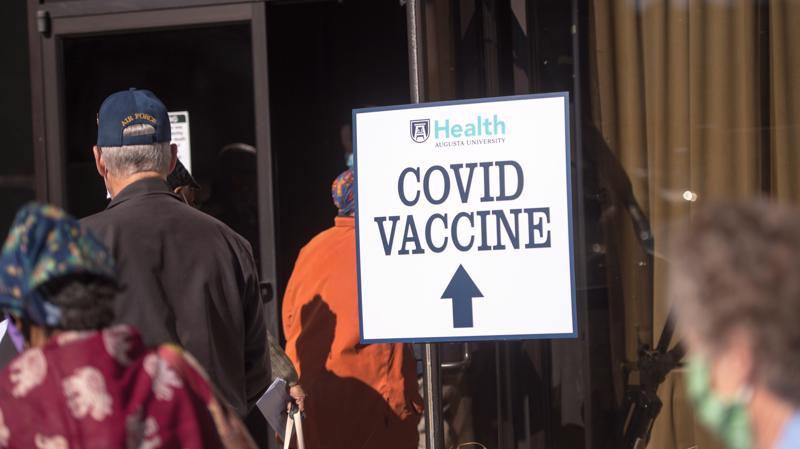 Vaccine Covid-19 mang lại lợi nhuận khổng lồ cho các nhà sản xuất - Ảnh: AFP