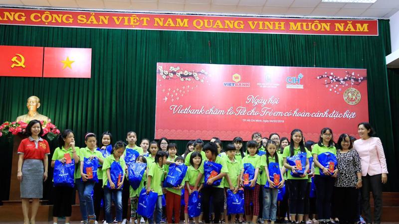 """Vietbank và Bệnh viện CIH phối hợp tổ chức """"Ngày hội Vietbank chăm lo Tết cho trẻ em có hoàn cảnh đặc biệt"""" cho gần 200 trẻ em của 8 mái ấm do Hội Phụ nữ Từ thiện Tp.HCM quản lý."""