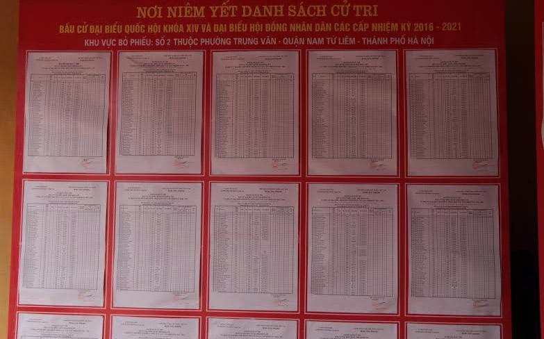 Niêm yết danh sách cử tri khu vực bỏ phiếu số 2 thuộc phường Trung Văn, Nam Từ Liêm, Hà Nội.