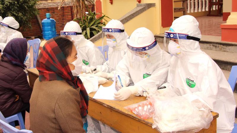 Lấy mẫu xét nghiệm người dân tại Tp Chí Linh ngày 30/1. Ảnh - Bộ Y tế.