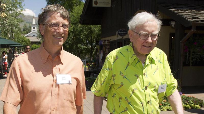 Tỷ phú Bill Gates (trái) và Warren Buffett - Ảnh: Bloomberg/Getty Images.