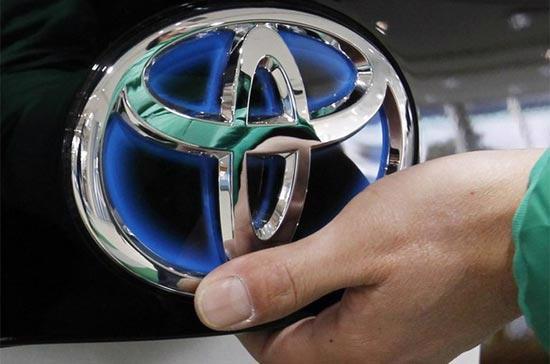 Logo Toyota trên một mẫu xe chạy nhiên liệu tổ hợp (hybrid) của hãng. Ngày 9/2/2010, Toyota đã tuyên bố thu hồi gần 500.000 chiếc xe hybrid hiệu Prius và Lexus trên thị trường toàn cầu để khắc phục sự cố chân phanh - Ảnh: Reuters.