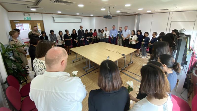 Nhân viên Đại sứ quán Anh và Tổng lãnh sự quán Anh tại Việt Nam dành một phút tưởng niệm nạn nhân vụ container - Ảnh: Facebook.