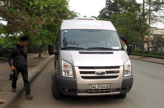 Chiều 17/3, một số phóng viên cũng đã lái thử mẫu xe Transit 2007 - Ảnh: Hữu Thọ.