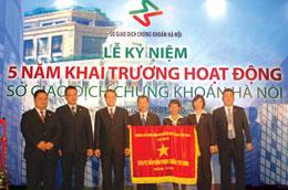 HNX nhận cờ thi đua của Chính phủ tại lễ kỷ niệm 5 năm hoạt động.