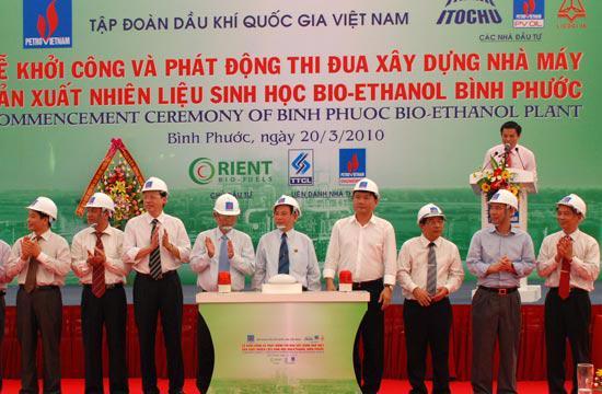 Chủ tịch nước Nguyễn Minh Triết cùng đại diện các nhà đầu tư bấm nút khởi công nhà máy.