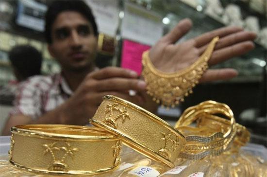 Trang sức vàng bày bán trong một tiệm kim hoàn ở Ấn Độ. Nhân tố dẫn dắt chính đối với giá vàng tiếp tục là những rắc rối về nợ nần và thâm hụt ngân sách của các chính phủ ở khu vực châu Âu - Ảnh: Reuters.