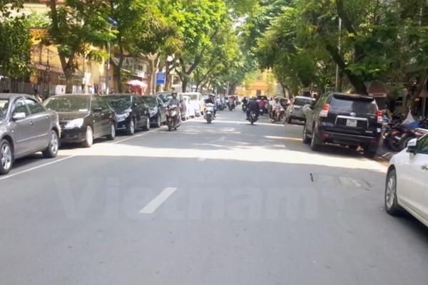 Bãi đỗ xe chẵn - lẻ trên phố Dã Tượng.