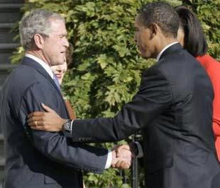Nước Mỹ đang bắt đầu quá trình chuyển giao quyền lực. Trong ảnh là cuộc gặp giữa Tổng thống sắp mãn nhiệm Bush và Tổng thống mới đắc cử Obama tại Nhà Trắng - Ảnh: Reuters.
