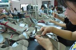 Từ tháng 10/2006, EC bắt đầu áp dụng mức thuế 10% đối với giày mũ da của Việt Nam như một biện pháp chống bán phá giá.