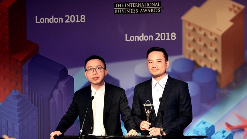 Đại diện của Viettel nhận giải thưởng tại London (Anh).