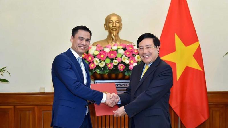 Ủy viên Bộ Chính trị, Phó Thủ tướng, Bộ trưởng Ngoại giao Phạm Bình Minh đã trao quyết định bổ nhiệm Thứ trưởng Ngoại giao cho ông Đặng Hoàng Giang - Ảnh: VGP