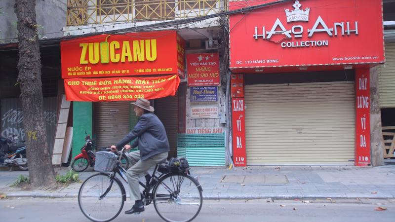 Nhiều nơi ế ẩm khi căng biển quảng cáo cho thuê hàng tháng trời vẫn không có khách hỏi thăm - Ảnh: Đỗ Trang.