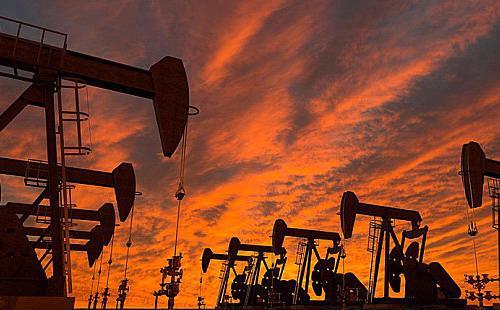 Sau khi lập đỉnh cao vào giữa năm 2014, giá dầu đã giảm sâu và đi cùng với nó là việc đầu tư trong ngành năng lượng liên tục sụt giảm - Ảnh: Reuters.